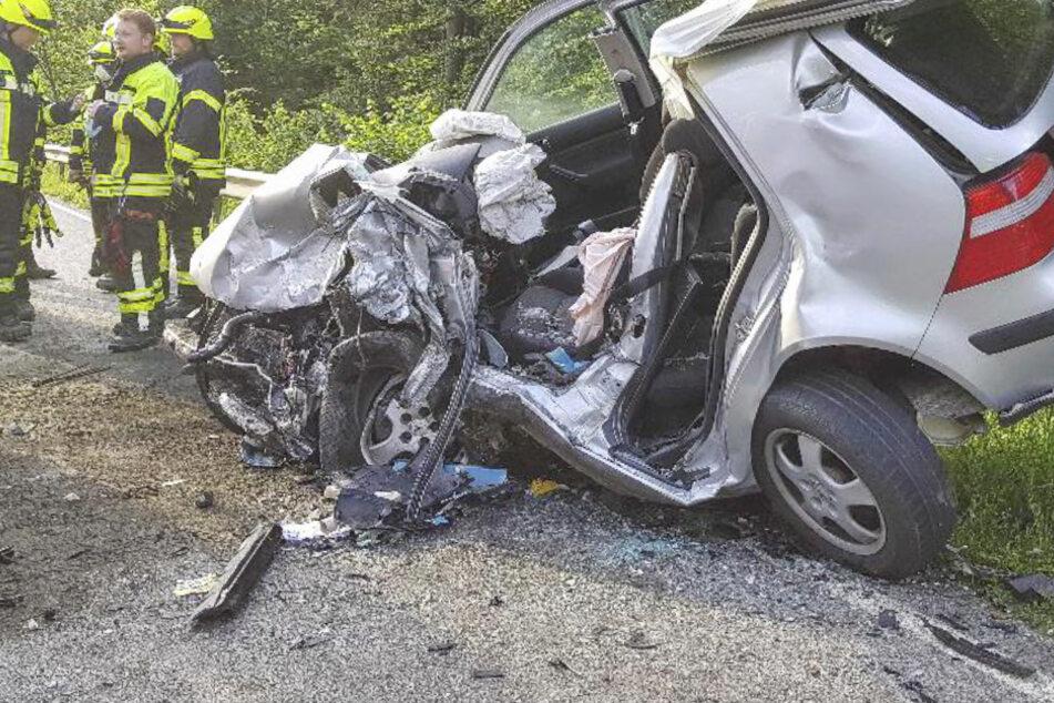 Bei einem Unfall in Bayern ist ein Mensch gestorben, ein weiterer schwer verletzt worden.
