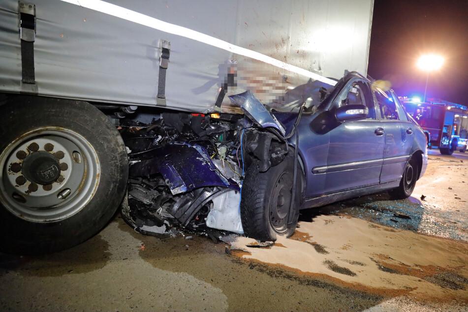 Der Mercedes geriet bei dem Unfall fast vollständig unter den Lkw-Anhänger. Für den Fahrer kam jede Hilfe zu spät.