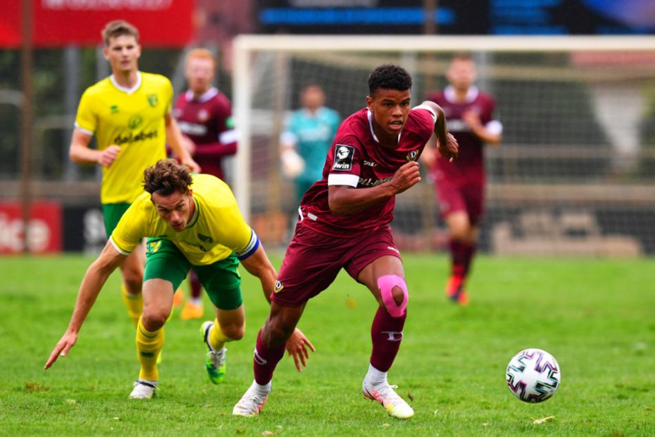 Im Camp der auffälligste, agilste Spieler in der Offensive: Ransford Königsdörffer (r., gegen Norwichs Christoph Zimmermann).