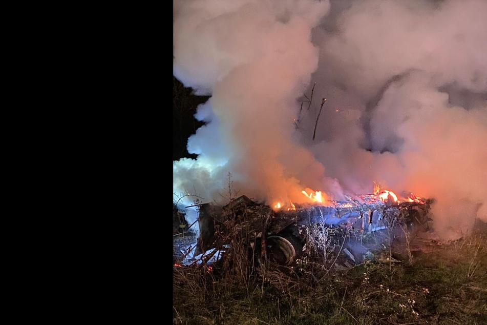 Der Bauwagenanhänger geht in Flammen auf.