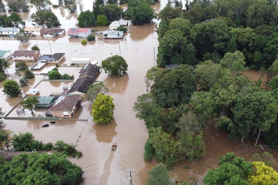 Wingham: Überschwemmte Häuser und ein Waldgebiet.