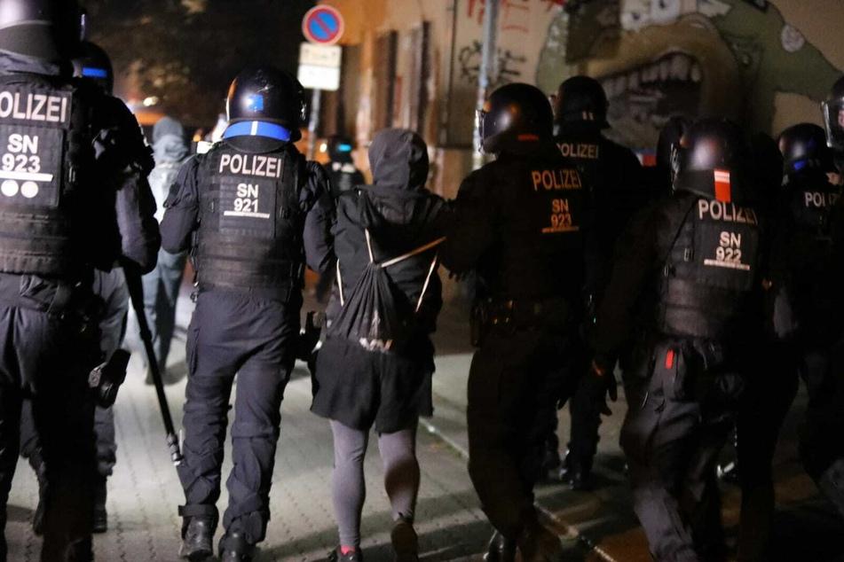 In den Seitenstraßen kam es danach zu Jagdszenen. Mehrere Menschen wurden festgenommen. Zwei Polizisten sollen sich bei dem Einsatz verletzt haben.