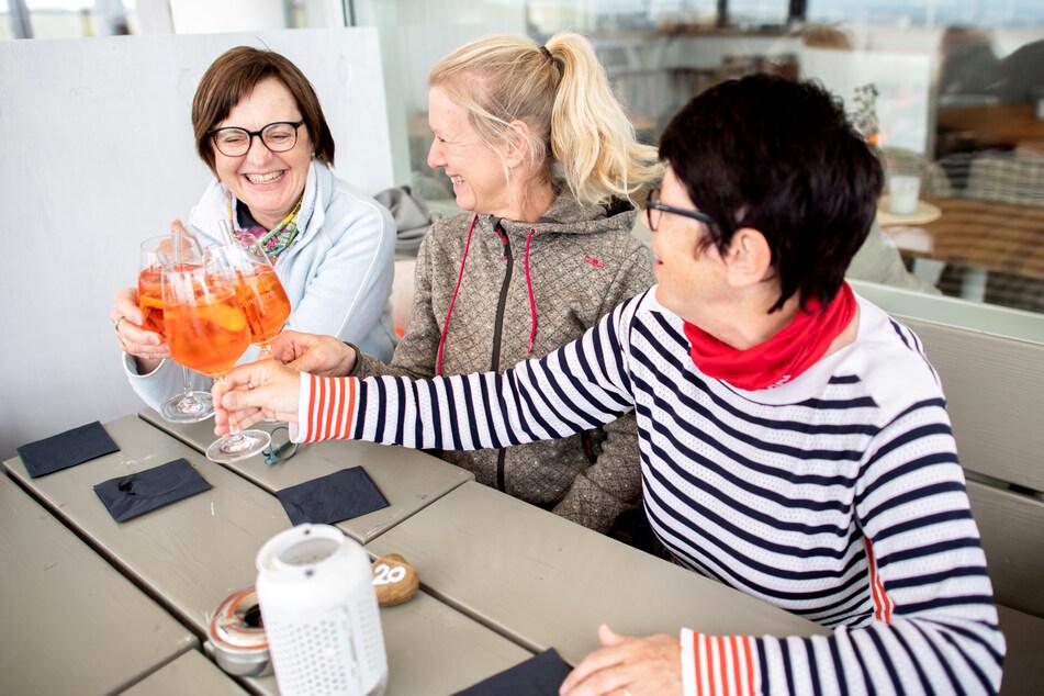 In der Corona-Pandemie gelten in Schleswig-Holstein vom kommenden Montag an gelockerte Regeln vor allem im Tourismus und der Gastronomie, bei Kontakten im Freien und in der Freizeit. (Symbolbild)