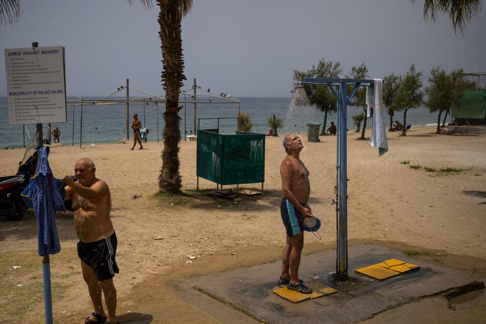 Abkühlung ist bei den Temperaturen in Griechenland dringend nötig. Wenn es zu warm wird, kann das für lebensgefährlich sein.