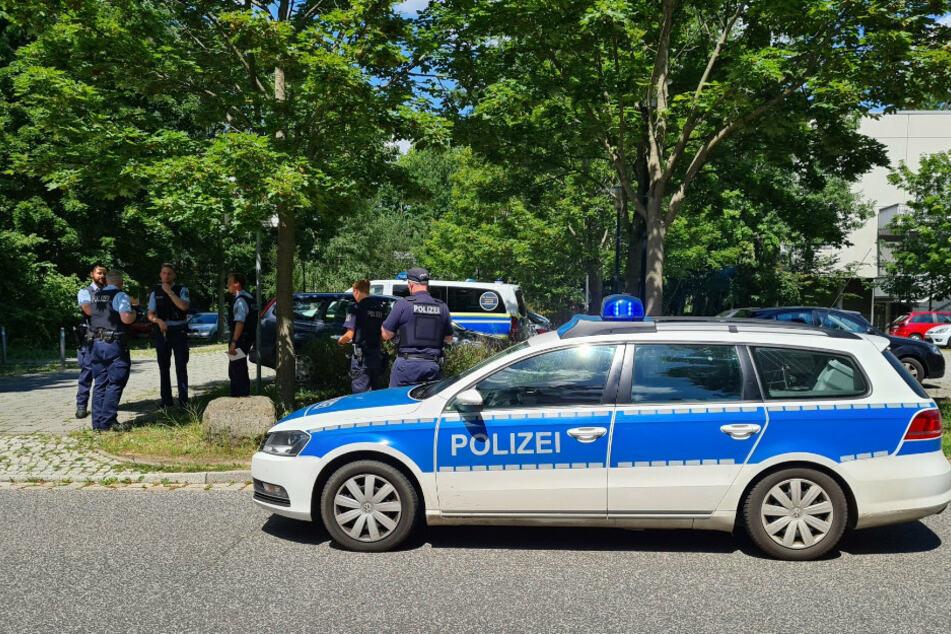 Polizei steht in der Nähe des Einsatzortes.