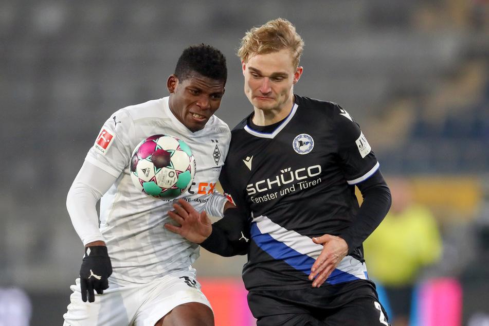 Als nächstes trifft Gladbach in der Liga auf Arminia Bielefeld. Kommt Breel Embolo (24, l.) wieder zum Einsatz, könnte es wie hier im Januar 2021 zum Duell mit Amos Pieper (23) kommen.