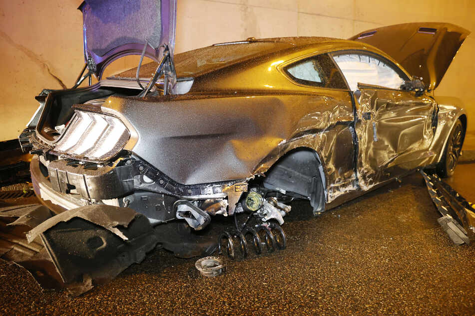 Mustang knallt gegen Dodge und Tunnelwand: Vier Verletzte bei Unfall in Chemnitz