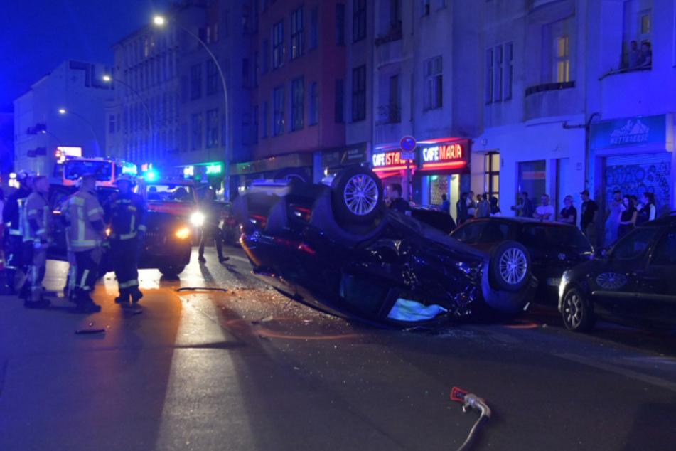 Feuerwehrleute und Schaulustige am Unfallort.