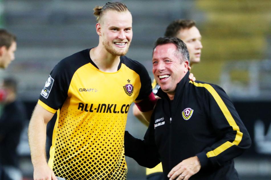 Dynamo-Kapitän Sebastian Mai (l.) herzte seinen Trainer Markus Kauczinski.