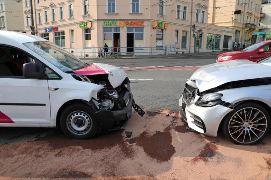 Unfall in Dresden: VW kollidiert mit Mercedes, zwei Personen verletzt