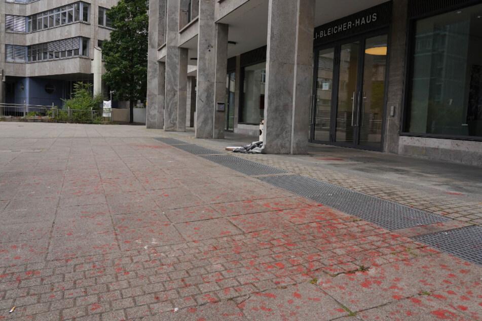 Farbreste vor dem Willi-Bleicher-Haus.