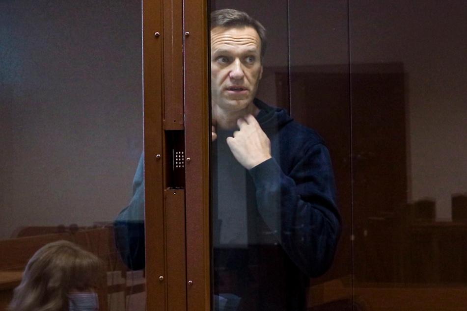 Mitte Februar: Der russische Oppositionsaktivist Alexej Nawalny erscheint zu einer Anhörung im Fall von Navalnys Diffamierung des Kriegsveteranen Artyomenko im Moskauer Bezirksgericht Babushkinsky.