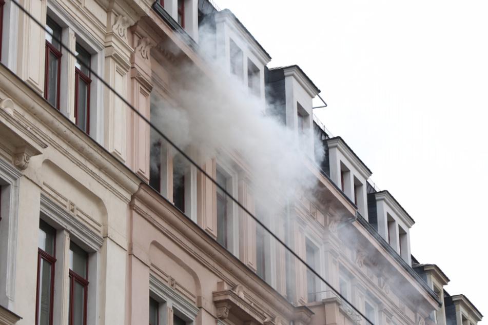 Rauch stieg aus dem Fenster der betroffenen Wohnung.