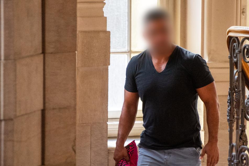 Arafat Abou-Chaker (39) geht im Landgericht eine Treppe hoch.