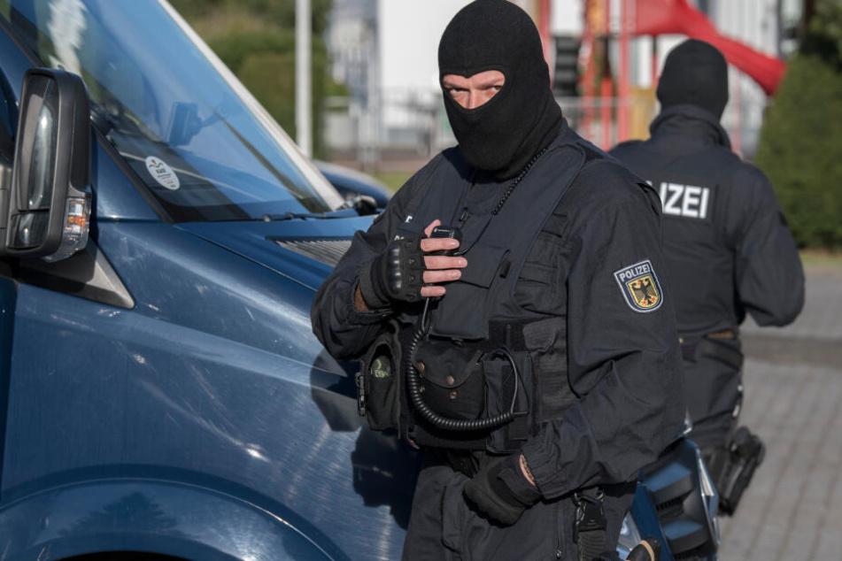 Einsatzkräfte der Polizei und Bundespolizei durchsuchten drei Wohnungen. (Symbolbild)