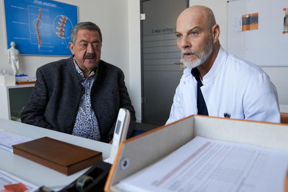 Dr. Gerhard Paulsen (Simon Licht, r) wird von Hofer (Joseph Hannesschläger, l) zum Streit mit seinem ehemaligen Kollegen befragt, der ermordet wurde.