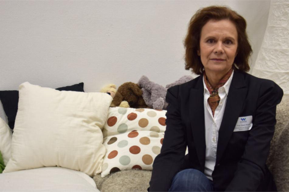 Gisela Mayer sitzt in einem Gedenkraum in der Albertville-Realschule.