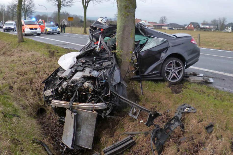 Der Mercedes krachte mit der Fahrerseite gegen den Baum.
