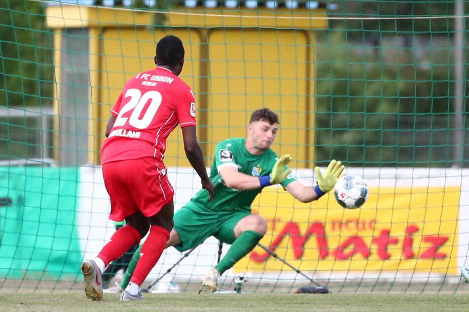 Tor für Union Berlin. Suleiman Abdullahi (links) trifft zum 3:0 gegen Torwart Joshua Mroß (rechts).