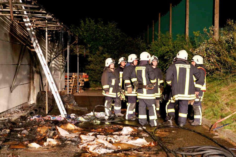 Der mutmaßliche Brandstifter soll auf dem Firmengelände Müll angezündet haben, die Feuerwehr konnte den Brand schnell löschen.