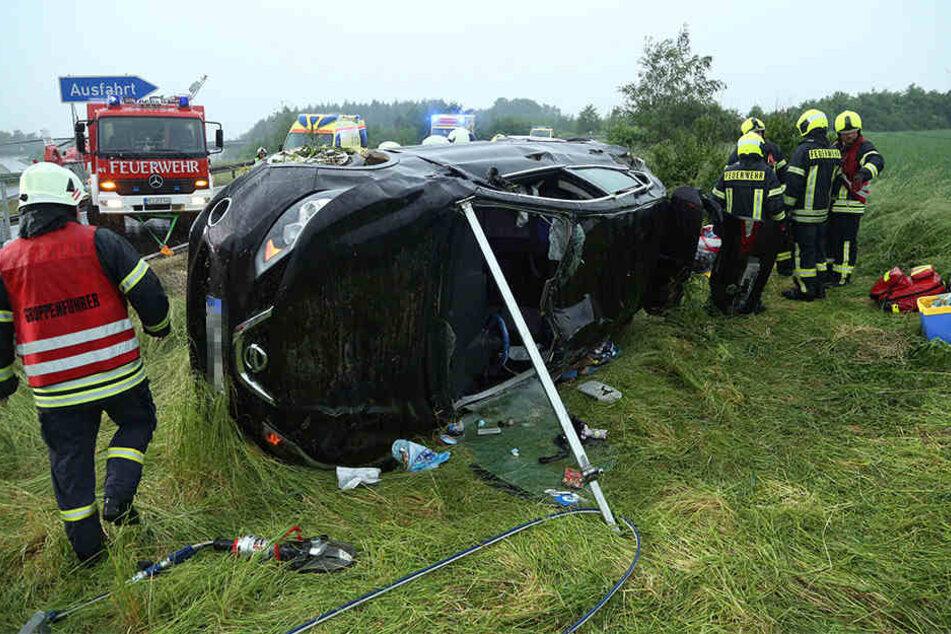 Auto kommt auf A4 von regennasser Fahrbahn ab: Drei Schwerverletzte!
