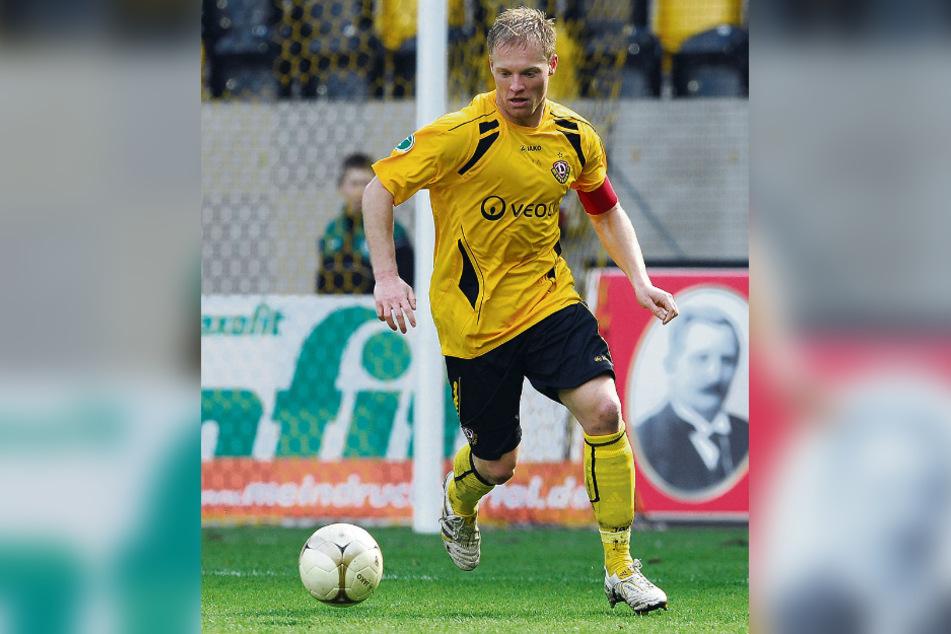 Thomas Hübener im April 2010 im Dynamo-Trikot am Ball.
