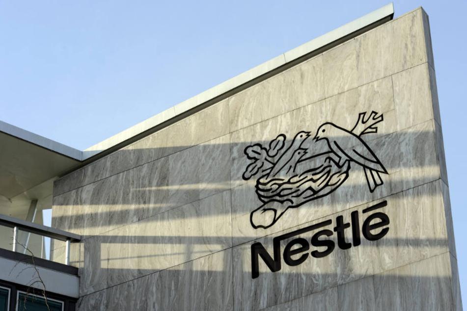Das Firmen-Logo am Nestle Hauptquartier in der Schweiz.