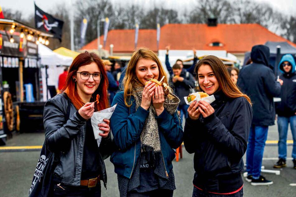 Larissa Hirschberger (16), Lea Böttcher (19) und Isa Haubold (17) kamen aus  Meißen zum Street-Food-Festival in die Messe.