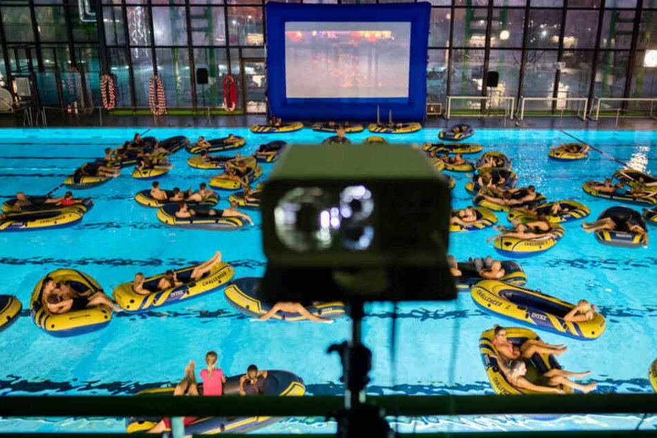 """Mit Schlauchbooten machten es sich die """"Kinobesucher"""" in Bremen am Samstag bequem."""