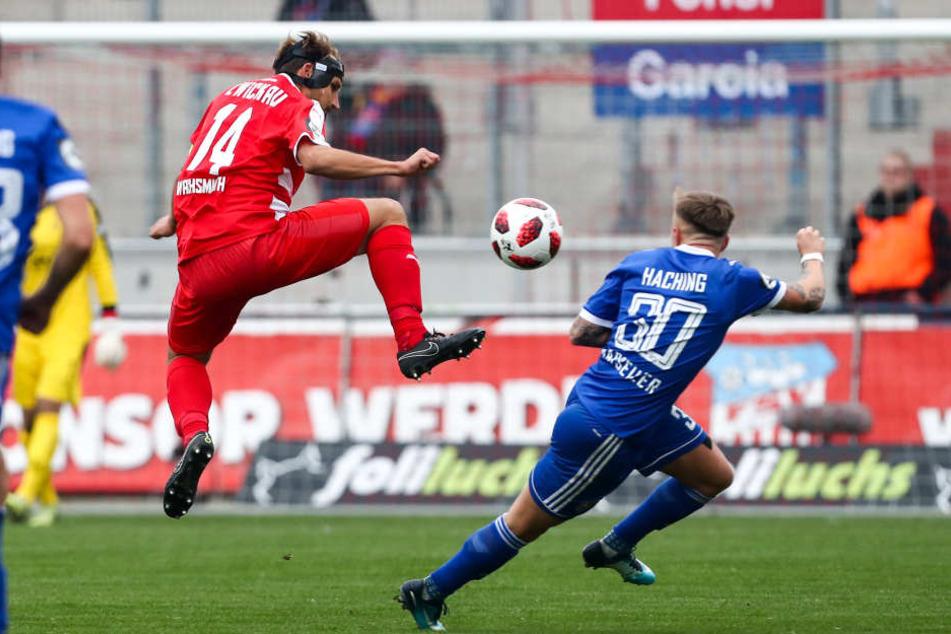 Maskenmann Toni Wachsmuth (l.) springt höher als Luca Marseiler.