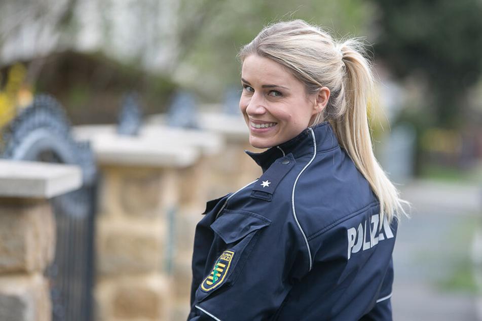Adrienne Koleszar (34) in Polizeiuniform.