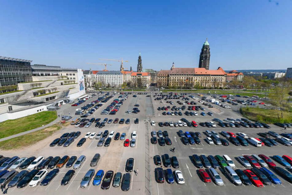 Der Ferdinandplatz: Wo derzeit noch geparkt wird, soll einmal das neue Verwaltungszentrum der Stadt Dresden stehen.