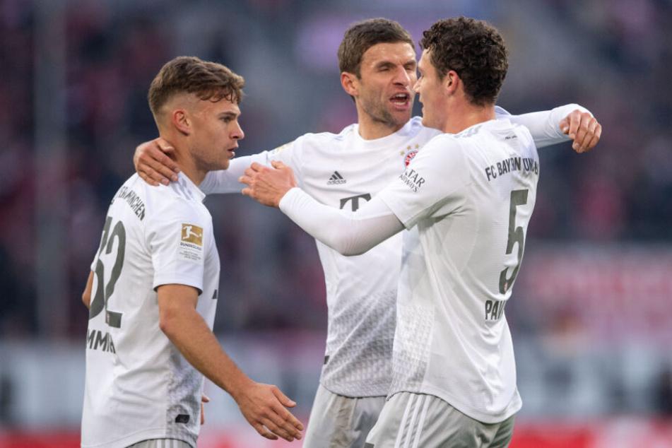 Joshua Kimmich (l-r), Thomas Müller und Benjamin Pavard jubeln nach dem Treffer zur 1:0 Führung.