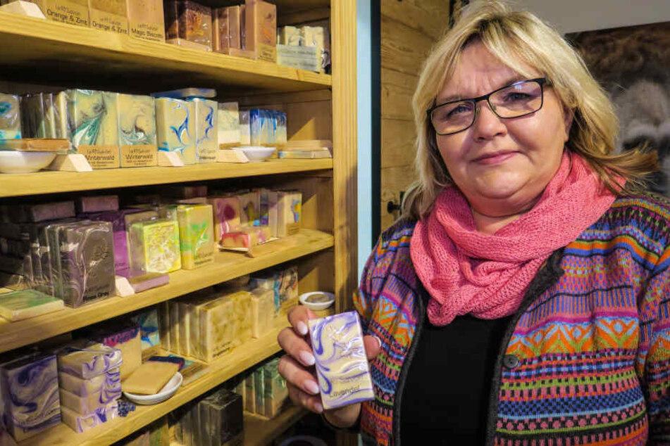 Sabine Richter (53) stellt Seife aus Alpaka-Fasern her.