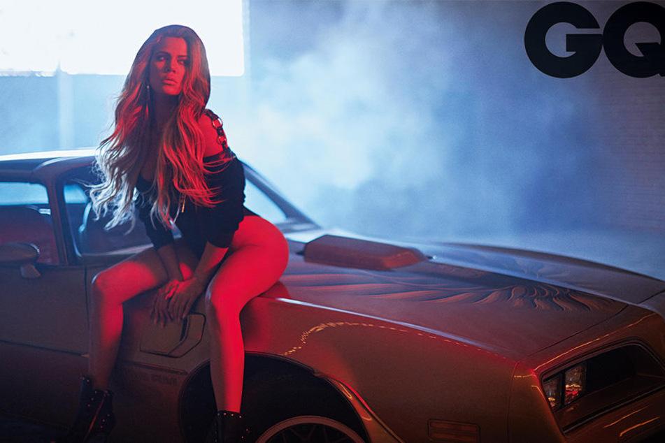 Khloe Kardashian macht es sich auf einem heißen Schlitten bequem.