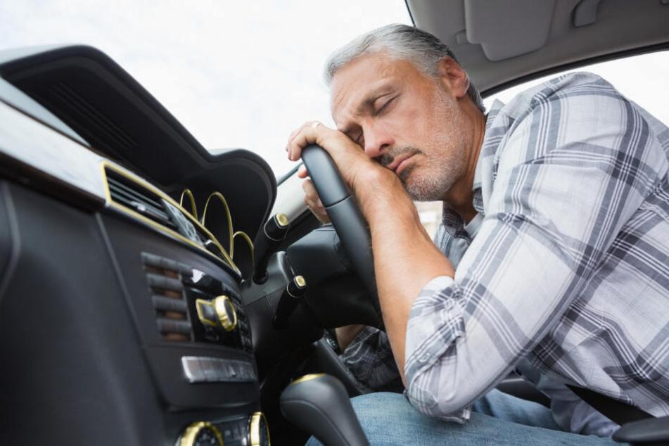 Mann will Rausch im Auto ausschlafen: Als er geweckt wird, gibt er Gas
