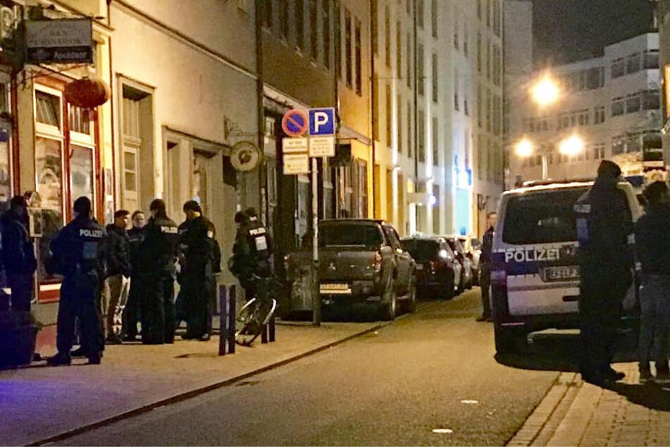 Vor der Bar rückte die Polizei mit einem Großaufgebot an.