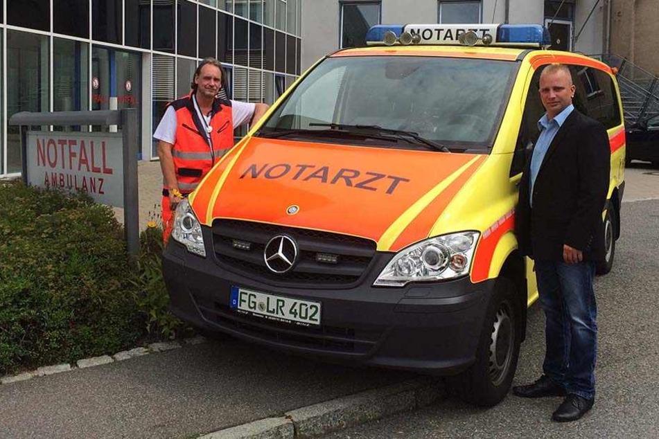 Rescue-Chef Ronny Illig (32, r.) bespricht Einsätze mit dem leitenden Notarzt, Oberarzt Götz Kästner, an der Mittweidaer Klinik.