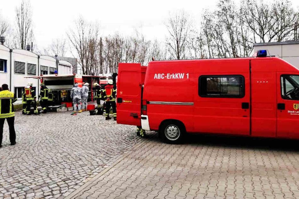 Mit einem Großaufgebot rückte die Leipziger Feuerwehr wegen eines Säure-Alarms ans Leibniz-Institut in den Osten der Stadt aus.