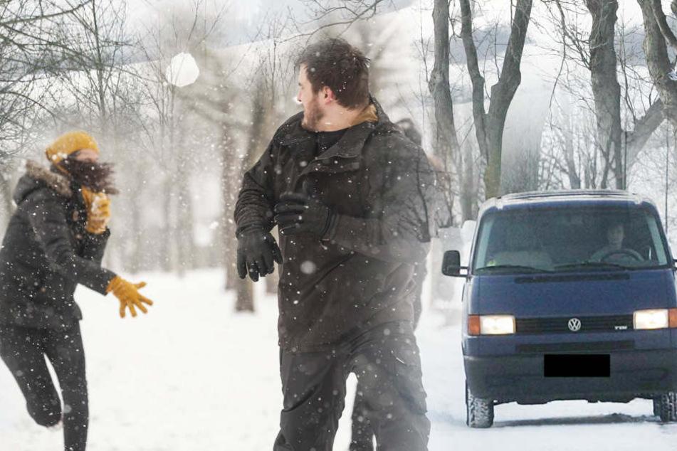 Ein Schneeball traf die Windschutzscheibe eines Transporters. Dann drehte der Fahrer durch (Symbolbild).