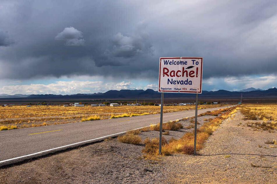 Das Eingangsschild der kleinen Ortschaft Rachel in Nevada.