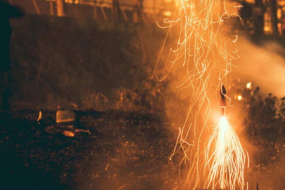 Junge (12) hebt Rakete auf, zündet sie an, dann gibt es einen Knall