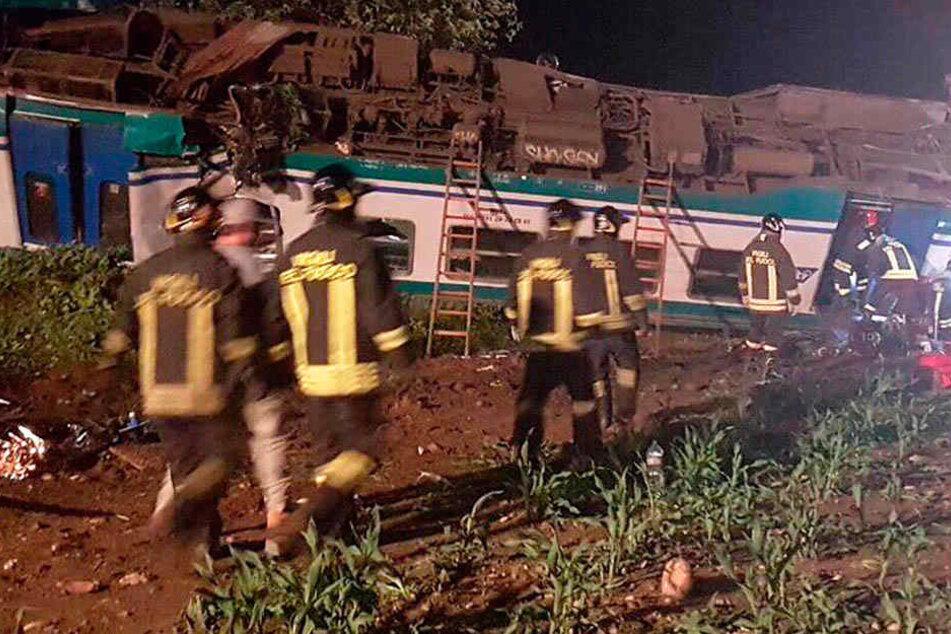 Rettungskräfte kümmern sich um die Unfallopfer. Für zwei Personen kam jede Hilfe zu spät.