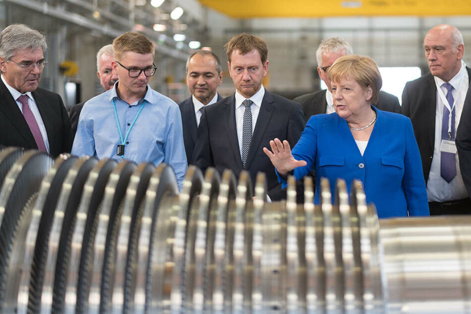 Angela Merkel sprach in Görlitz auch mit Werks-Mitarbeitern, ließ sich die Turbinen zeigen.