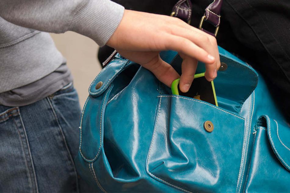Vorsicht vor Taschendieben: Hier klärt die Polizei auf