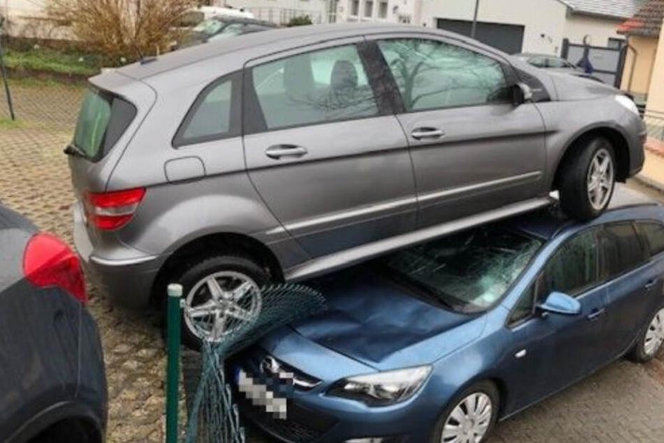 Älterer Fahrer gibt aus Versehen Gas und landet auf parkendem Opel