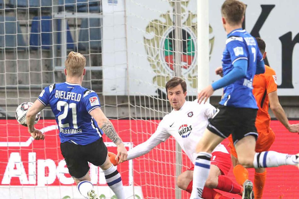 Gegentor! Andreas Voglsammer vollstreckt zur frühen Bielefelder Führung. Martin Männel (in weiß) ist machtlos.
