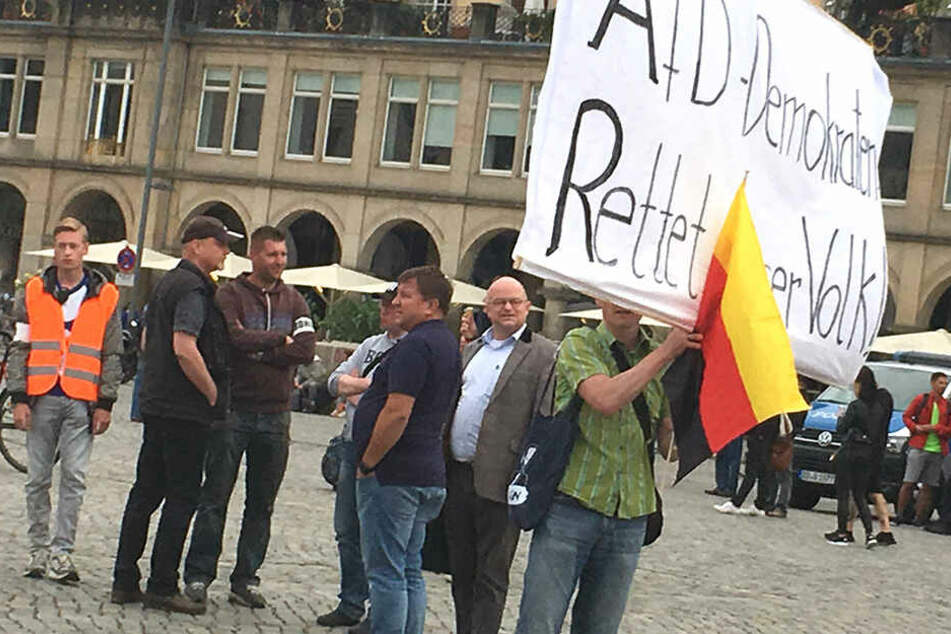 AfD-Anwalt Michael Elicker (49, Mitte) bei PEGIDA.