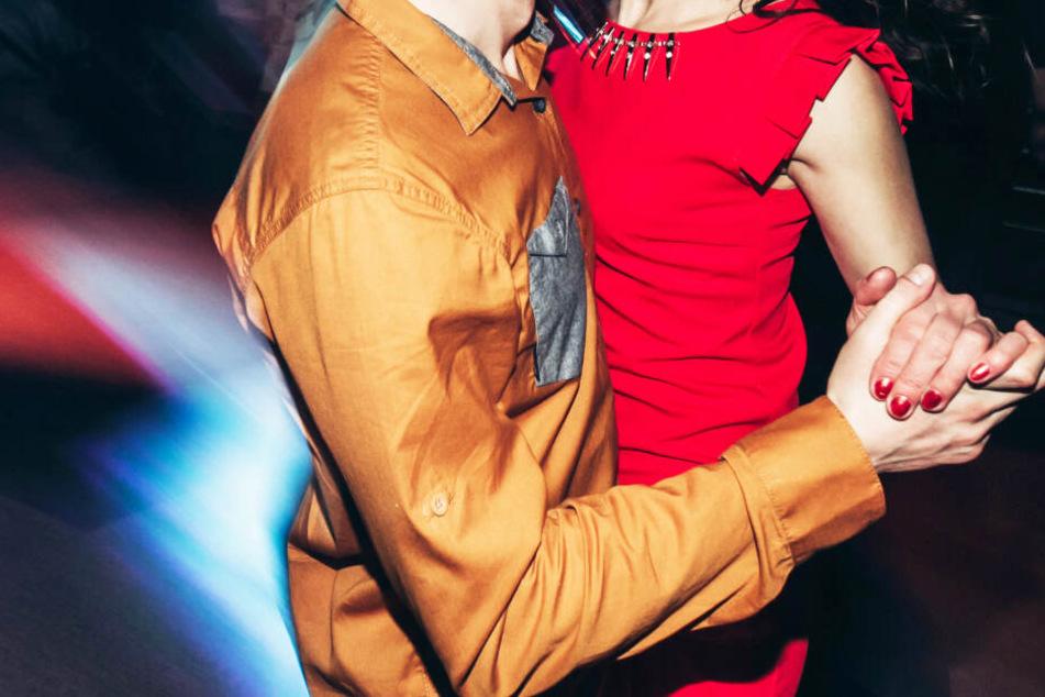 Braut verbietet Ehemann Tanz mit seiner Mutter, dann ergreift sie die Flucht
