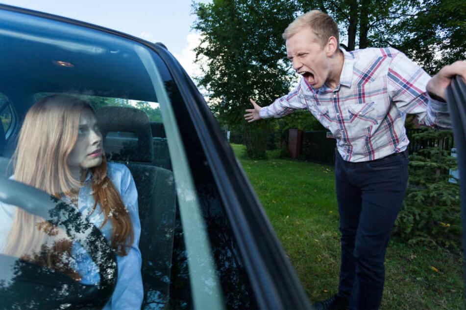Nachdem ein Streit zwischen einem Mann und einer Frau nach einem Unfall eskalierte, fuhr sie plötzlich los (Symbolbild).